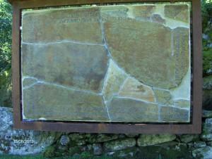 Gravplata på Kors gamle kirkegård. Plata ble lagt over grava til de som ble gravlagt her etter skredulykka. Plata ble restaurert og satt opp ved kirkemuren i 2010.